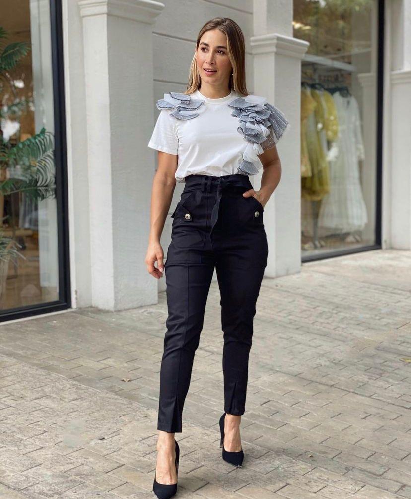 Formas de llevar unos jeans negros de manera elegante para chicas de 35