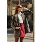 En un look formal con saco y falda