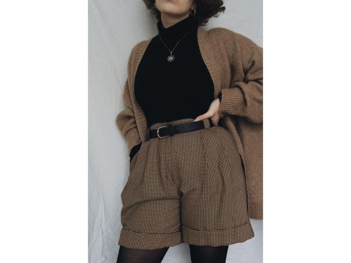 Outfits con sweater cuello de tortuga con shorts