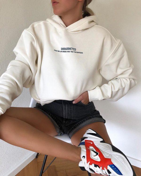 Looks con suéteres holgados
