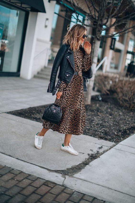 Look con chaqueta de cuero, vestido y tenis