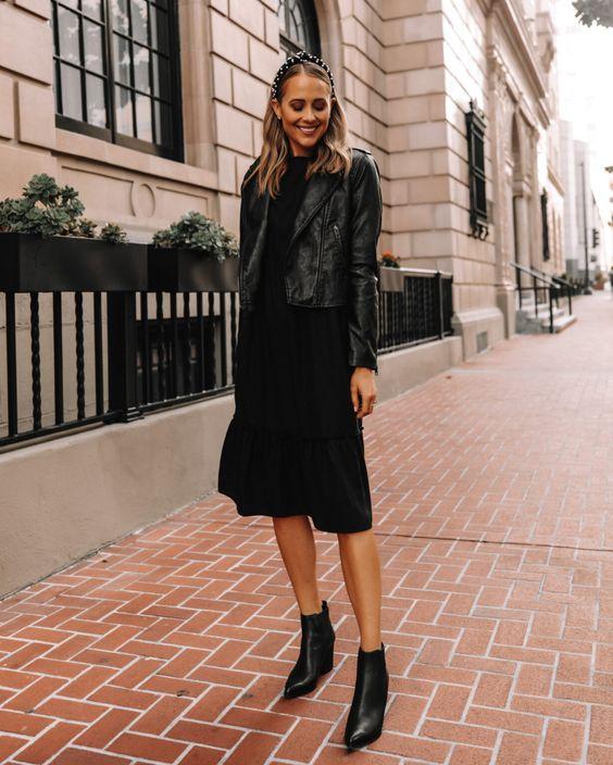 Outfit con chaqueta de cuero y vestido negro