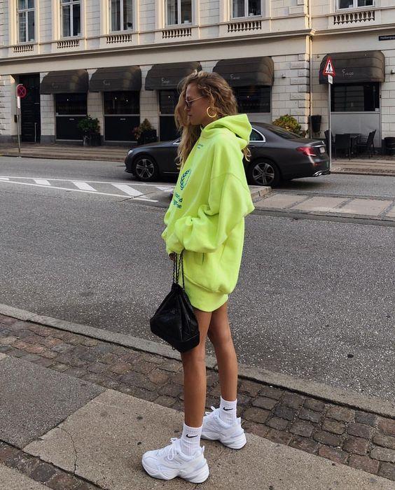 Outfits con vestidos de sudadera con tenis