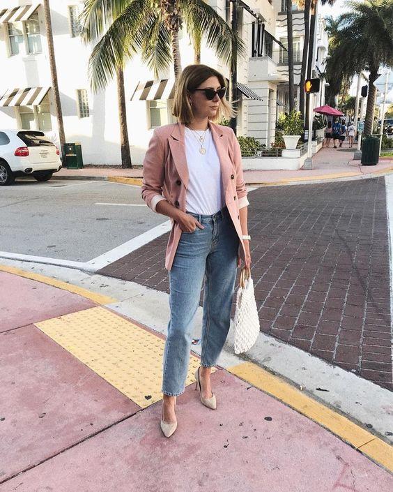 Un look casual con blazer rosa para mujeres de 40