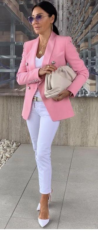 Ideas de outfit blancos con blazer rosa