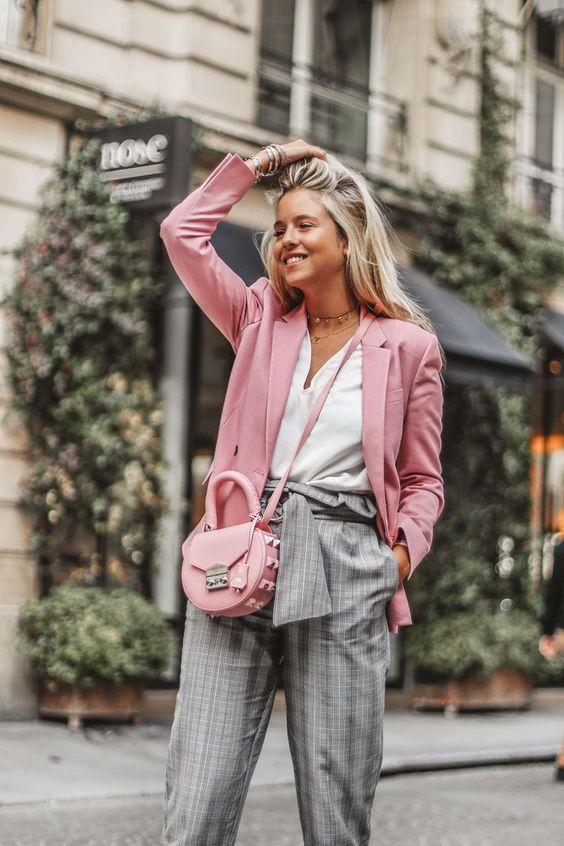 Look moderno con blazer rosa y pantalón a cuadros