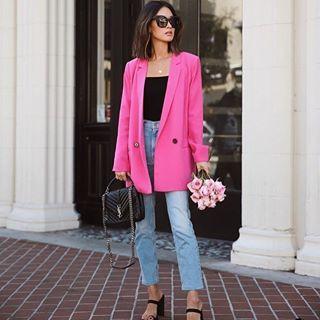 Look moderno con blazer en color rosa en mujeres de 40 años o mas