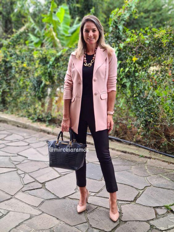 Outfit con blazer rosa y ropa negra