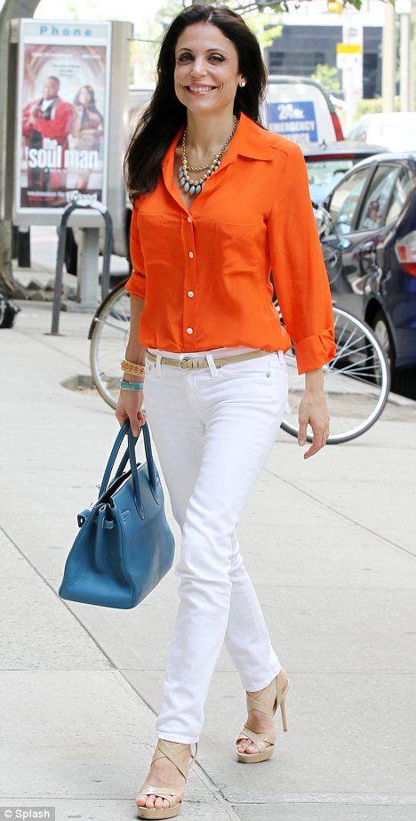 Palazzo blanco con blusa naranja