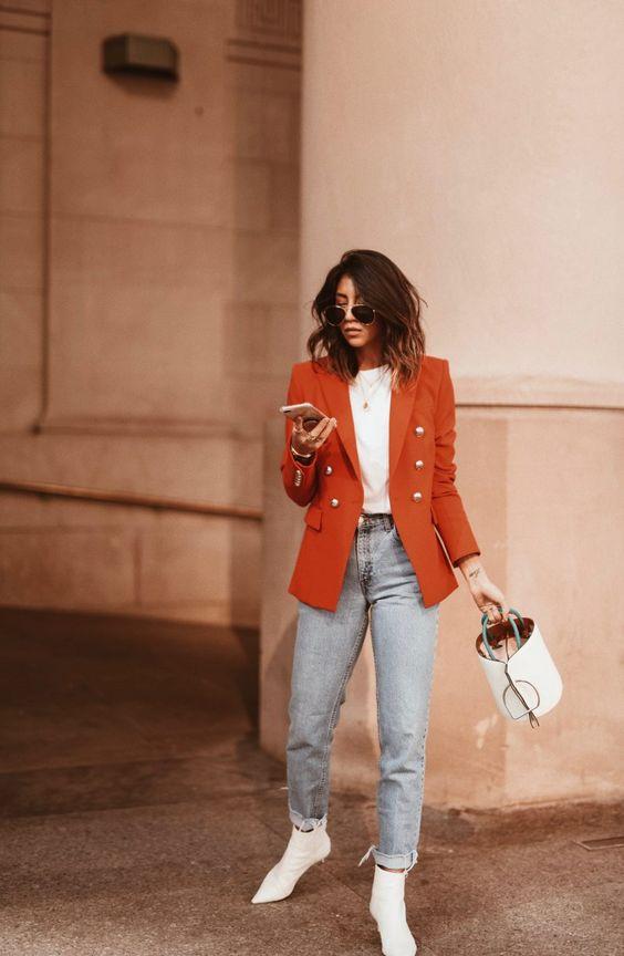 Blazer naranja con blusas blancas
