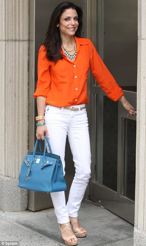 Looks con camisas naranja y pantalón blanco