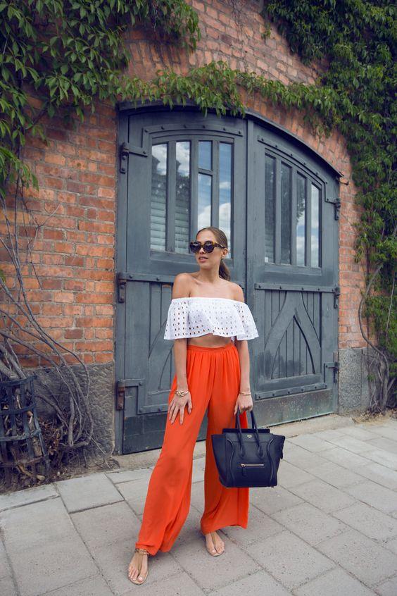 Pantalones naranja con blusas color blanco