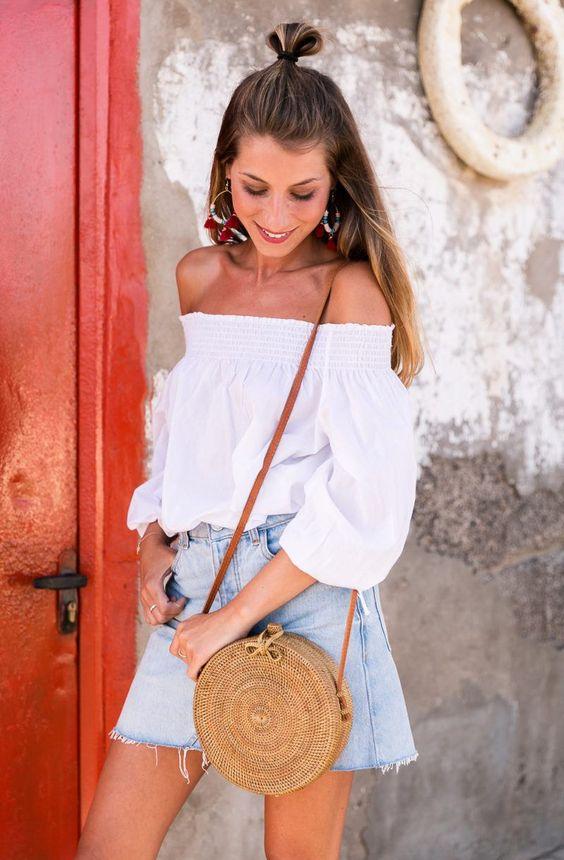 Looks con bolsos de paja para la playa
