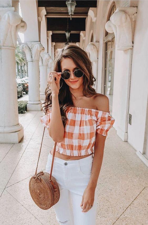 Outfits con shorts y bolsos de paja