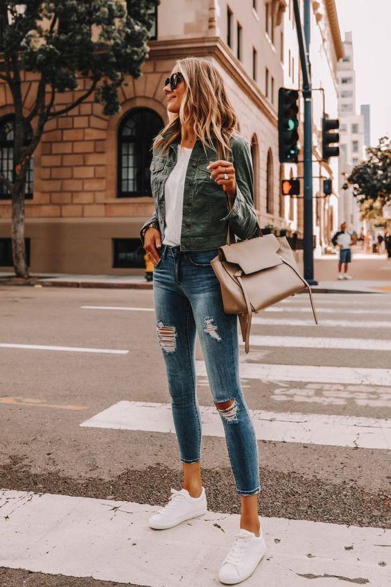 Outfits casuales con jeans de mezclilla para mujeres maduras
