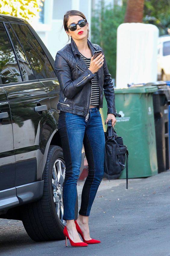 Chamarras de cuero con jeans y zapatillas