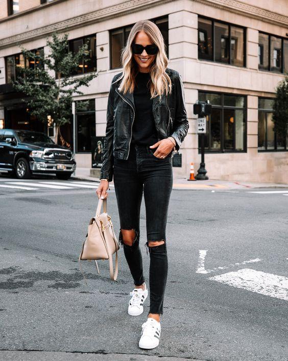 Look con jeans negros y chamarra de cuero