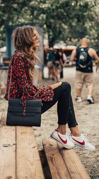 Outfits boho chic con tenis