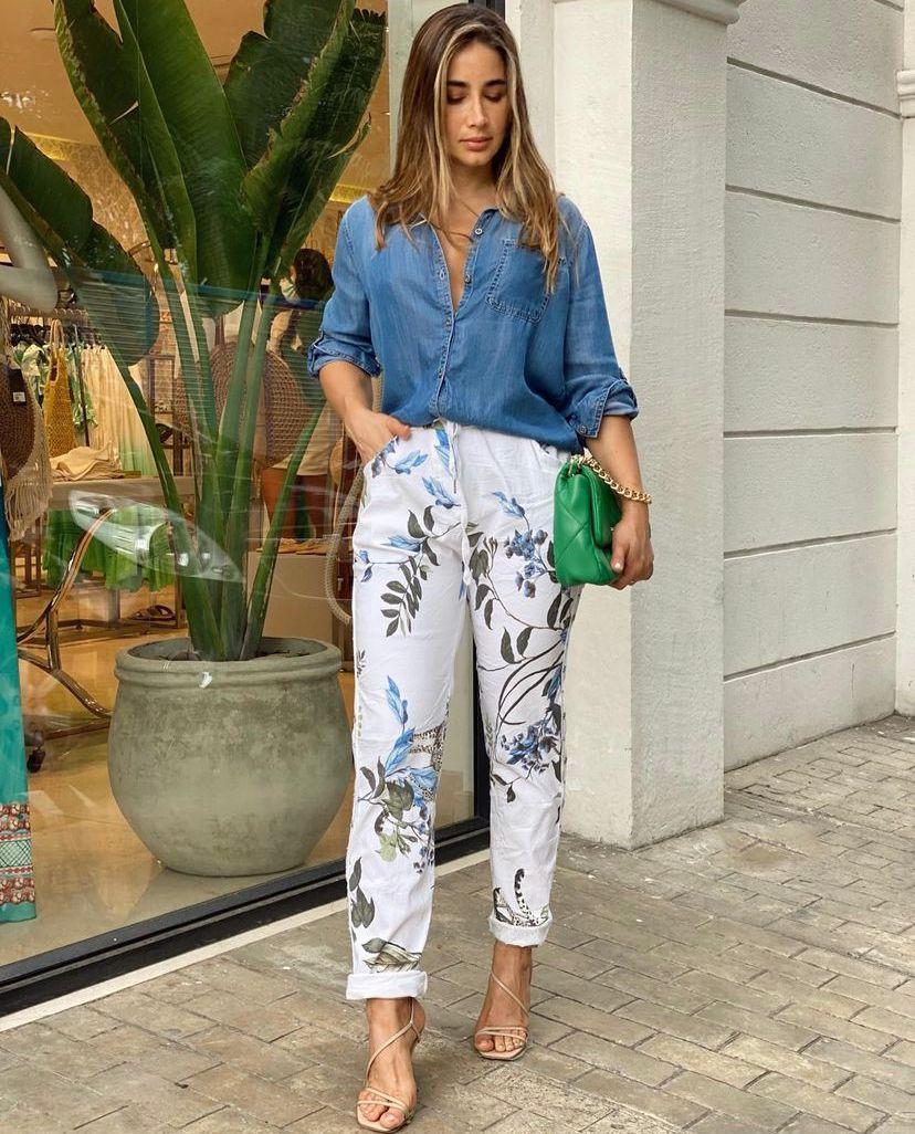 Los mejores looks con camisa blue jean para mujeres maduras