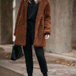 Outfits monocromáticos con abrigos de borreguita