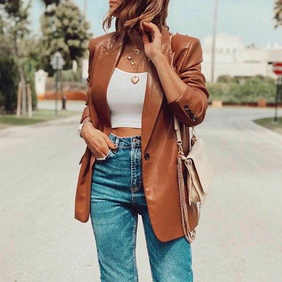 Blazers color marrón con jeans de mezclilla