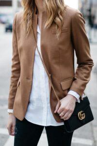 Outfit con blazer color marrón de mujeres maduras