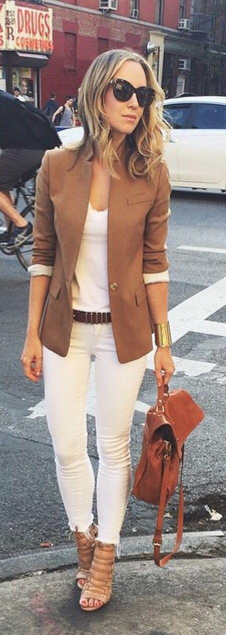 Blazer café con pantalones blancos