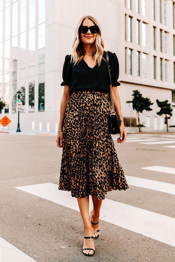 Outfits con falda animal print y top negro