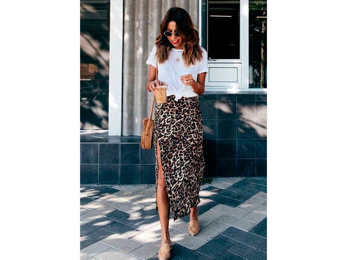 Combina tu falda animal print con una camiseta básica blanca