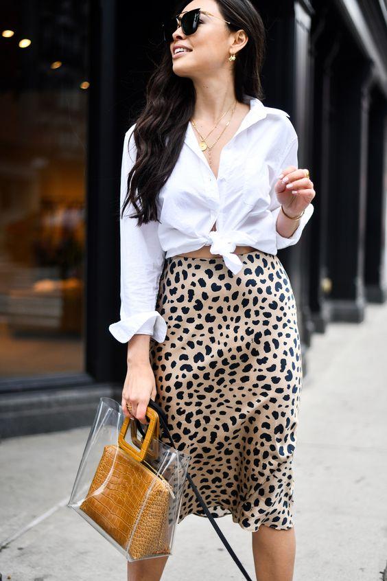 Complementa tu falda animal print con chamarra de mezclilla