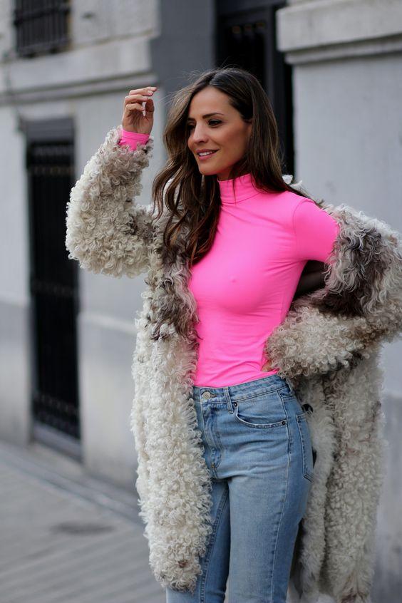 Outfits con vestidos sweater en color neón