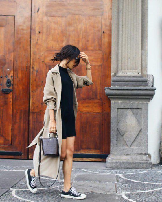 Outfits con vestido negro y gabardina